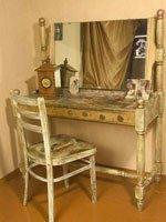 Стиль шебби-шик в сочетании с техникой декупажа позволяет объединять разнородные предметы мебели. Источник http://blogspot.com