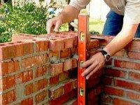 Мангал для дачи может быть и переносным, но стационарный, из кирпича, имеет больше преимуществ. Источник http://nashakrepost.ru