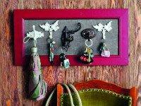Ключница своими руками выполнена с помощью необычных крючков. Источник http://forum.cosmetic.ua