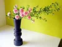 Икебана из цветов в высокой вазе. Источник http://staticflickr.com