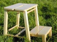 У табурета-стремянки ступенька легко убирается под сиденье. Источник http://teplodereva.ru