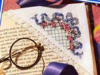 Любительницы вышивки могут сделать вот такие закладки для книг своими руками. Источник http://liveinternet.ru